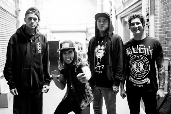 BEHIND THE SCENE  PIERCE THE VEIL    BULLS IN THE BRONX    MUSIC VIDEO    Pierce The Veil Black And White Live